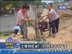 平阴:土堆挡住家门口 村民苦不堪言