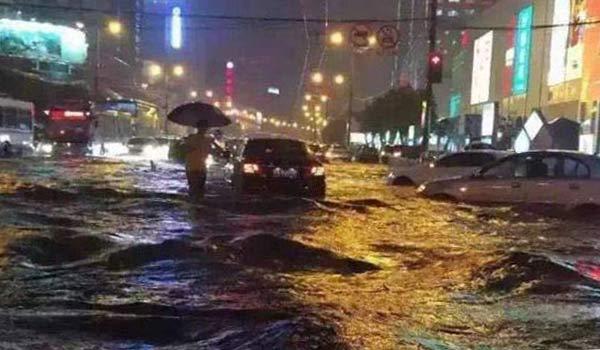 山东暴雨之夜——记者全体出动直击危险路段