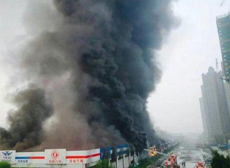 现场直击:济南北园高架西下桥口一汽配仓库突发火灾
