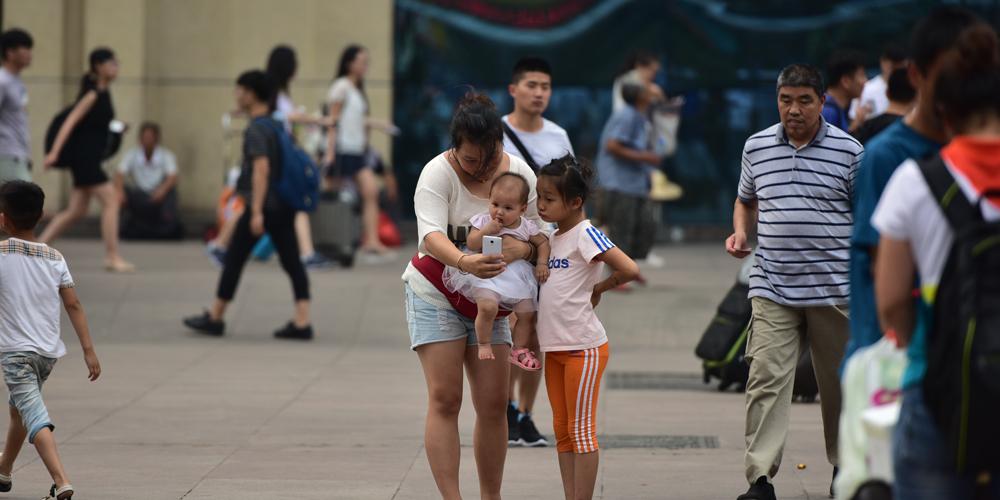 """暑运渐入小高峰 实拍济南火车站里的""""小候鸟"""""""
