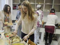 留学生山东欢度元宵节:八国菜同框 乌克兰美女首次尝汤圆