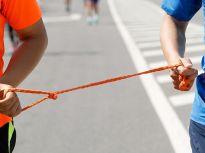 黑暗中奔跑 盲人推拿师两年跑4000公里参加13场马拉松赛