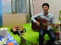 """济南28岁街头""""卖唱""""歌手:日入不足百元只为守护精神菜园"""