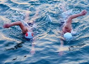 青岛市民海边冬泳健身辞别2017