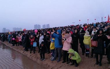 """日照:两万人伫立""""金沙滩""""等日出 场面壮观"""