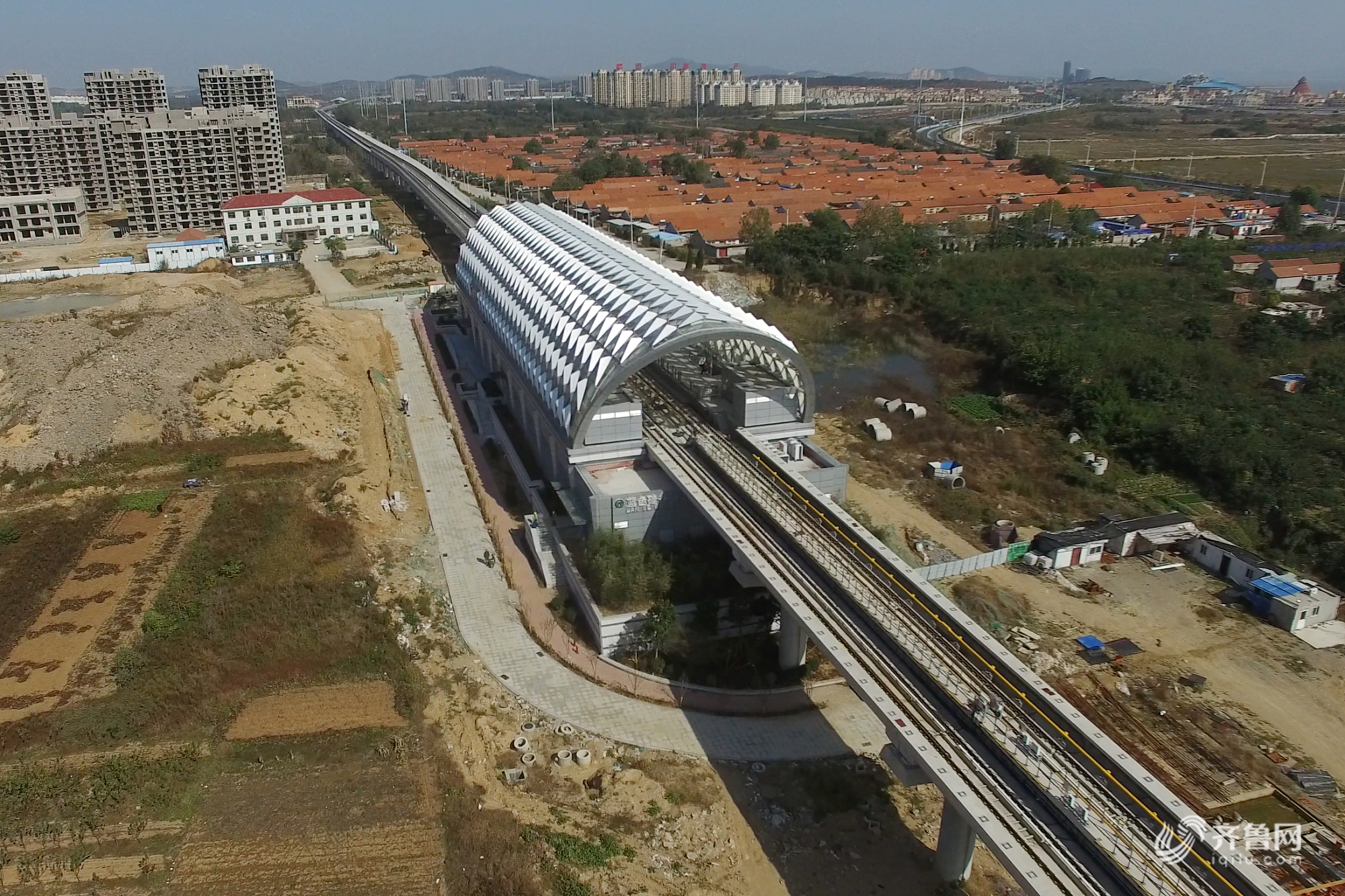 青岛地铁11号线工程于2013年6月1日开工建设,截至到2017年12月底,全线土建、轨道、装修、机电工程基本完工,于8月16日、9月20日、10月15日相继提前实现了桥(洞)通、轨通、电通等里程碑节点。特别是2017年,建设单位面对年初5个区间36处墩位征迁未完成的不利局面,克服全线区间断点多、专业交叉多、安全风险大带来的巨大困难,积极主动化解工期压力,在不到半年的时间内实现了由土建施工至空载试运行的飞速跨越,建设速度居行业领先水平。