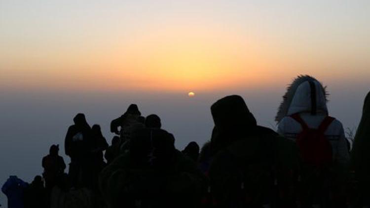泰安:游客泰山极顶迎新年第一缕曙光