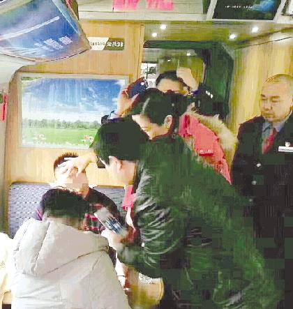 火车上一乘客突然发病 潍坊两医生听到广播伸出援手