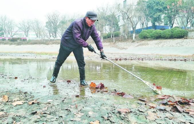 张店推行河长制 护水清岸绿 河管员在行动