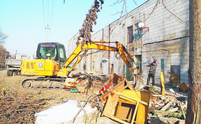 张店区南定镇拆违约3000平方米 整治铁路沿线安全隐患