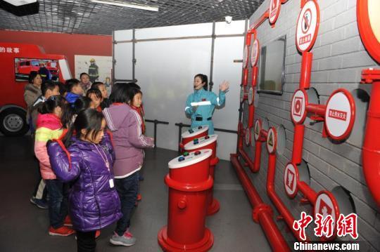 青岛启用家庭安全应急演练基地 萌娃现场体验