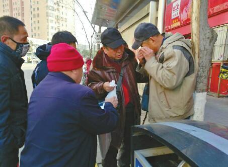 济南:六旬老人摔倒 四五名市民没袖手旁观