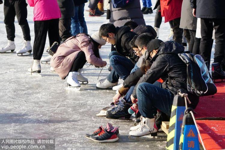 什刹海冰场周末人气火爆 市民体验冰上乐趣