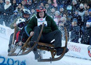 德国举办传统雪橇比赛 参赛者坐木制雪橇疯狂竞速