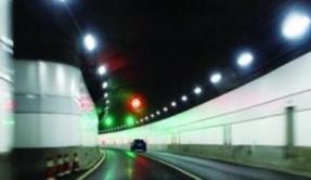 货车青兰高速沂源隧道内追尾 俩人被困