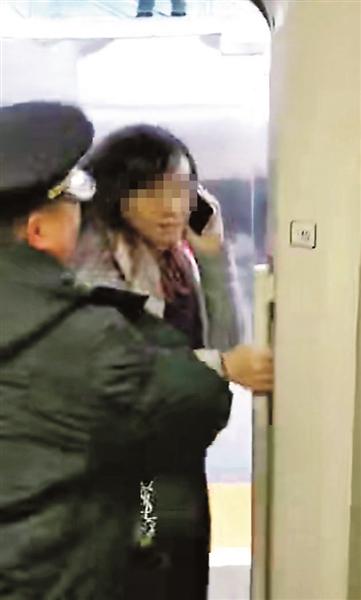 女子为等老公扒阻高铁车门 律师:可处行政拘留