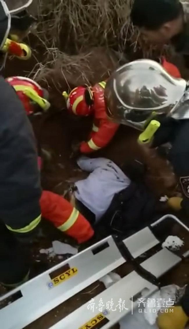 日照一土残疾男子坡塌陷埋压,消防员手刨土救人