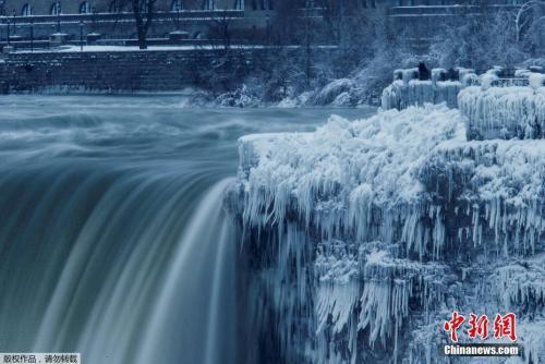 资料图:暴风雪给人们的生活带来不便,却赐予大自然一番令人称奇的美景。位于美国纽约州和加拿大安大略省交界处的尼亚加拉大瀑布的边缘部分出现结冰。