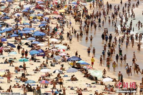资料图:当地时间1月7日,悉尼海滩上的人群。