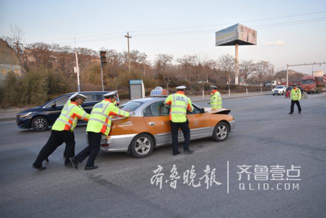 泰安两车追尾,交警齐上阵帮忙推车确保道路畅通