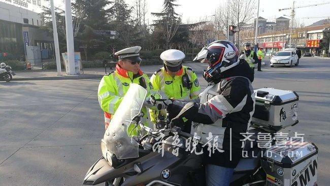泰安:交警城西大队多岗开展交通违法整治