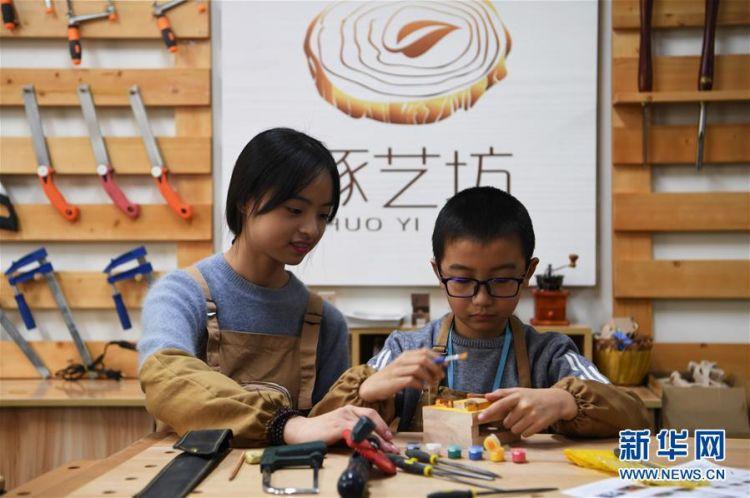 图片故事:女孩创业当木匠