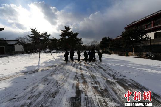 公园的工作人员及时清雪。 蔡红文 摄