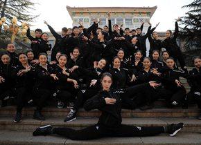 济南高校学生摆一字马留影 庆师生北上参加春晚彩排