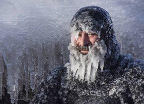 美国男子不惧严寒冲浪 胡子眉毛挂满冰柱