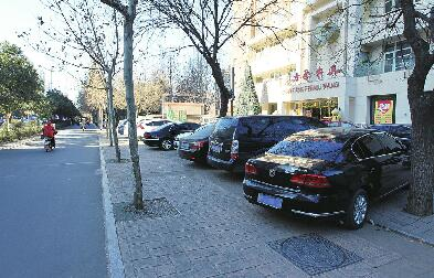 """东方肥牛王""""霸道""""停车引不满 公共道路不能随意占用"""