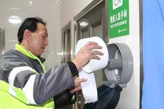 兰州公厕试点免费手纸 有人拔断轴杆将整卷带走