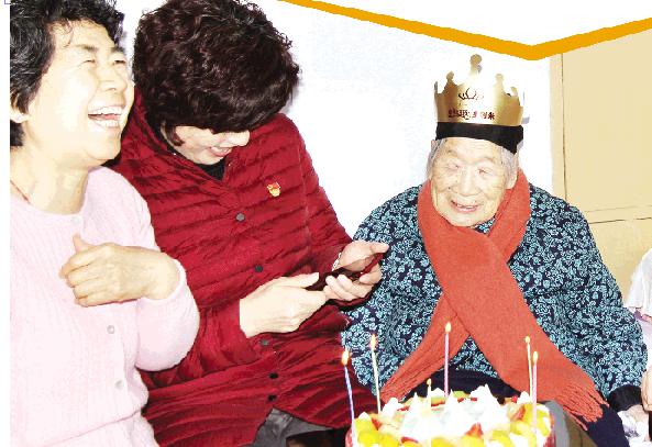 潍坊:老寿星喜过107岁生日 志愿者连续8年为她庆祝