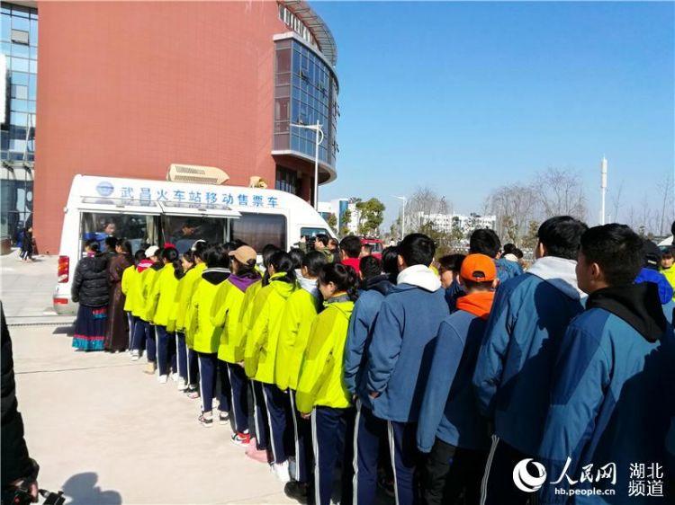 铁路移动售票车进校园为藏族师生送票上门(组图)