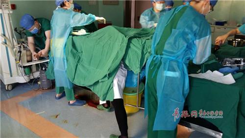 """孕妇生产突发状况 医生跪地托举""""抢""""出新生儿"""