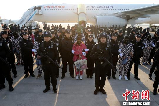 陕西警方赴老挝成功捣毁电信诈骗窝点 63名嫌犯押解回陕