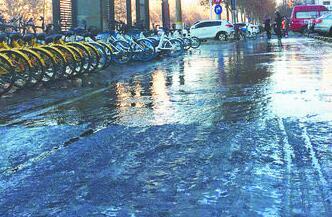 地砖缝冒水结冰 张店这个路口这段路挺滑