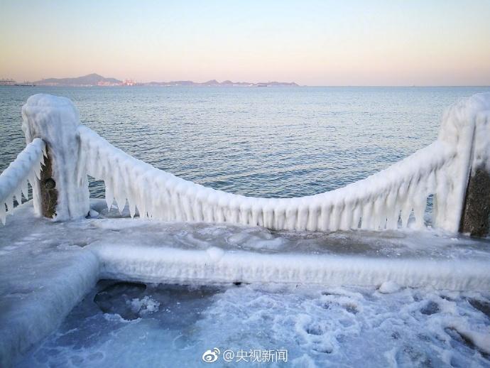 """""""冰河世纪""""!烟台海水拍岸,滴水成冰"""