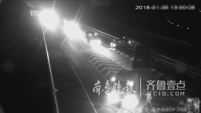 大货车高速上倒车,后车为躲避一头撞上中央护栏