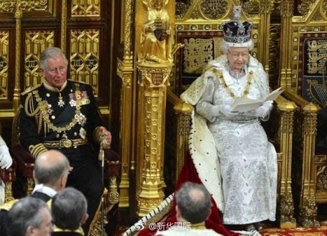王冠好戴吗?英国女王:低头就掉,还可能扭断脖子