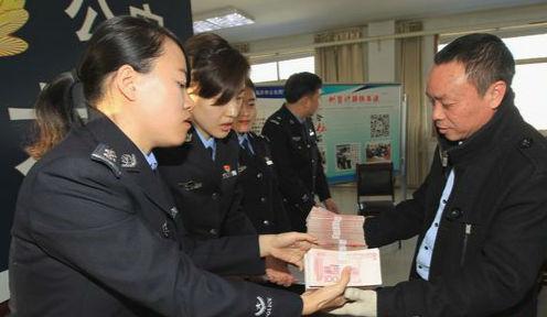 临沂警方奔波多省市追回50万欠薪 农民工拿到工钱