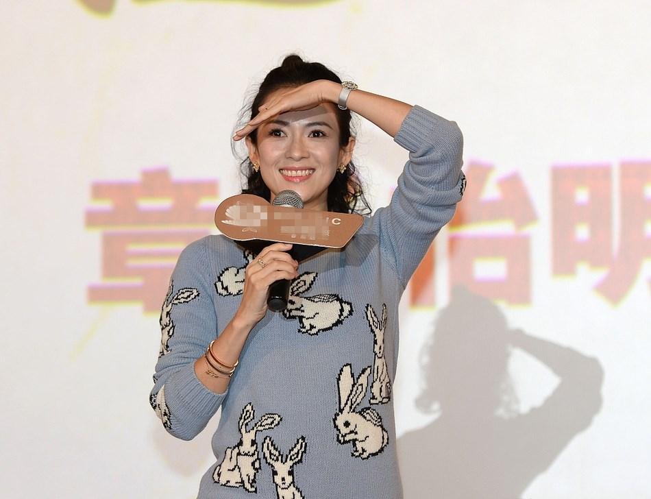 39岁章子怡穿卡通衣走少女风 一颦一笑风情万种
