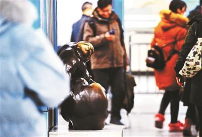 """地铁站内雕塑被摸成""""秃顶"""" 车站:多数人因好奇"""