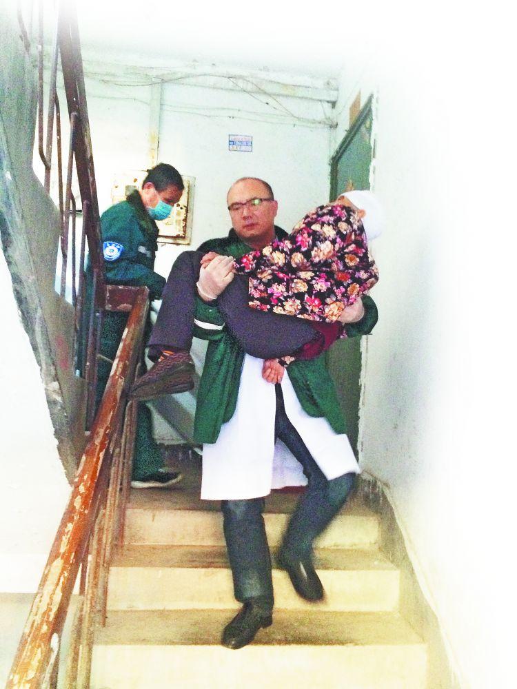 临淄八旬老人发病 担架难用 医生抱起她冲下楼