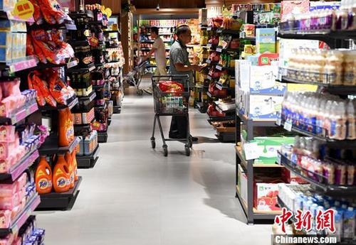 图为10月11日,民众在福建省宁德市一商场购物。<a target='_blank' href='http://www.chinanews.com/'>中新社</a>记者 张斌 摄