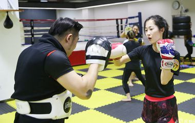 青岛作家女白领业余时间齐聚武馆训练搏击散打术