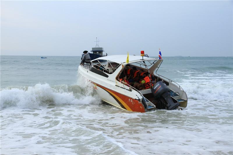 奋力驶离沙滩的游艇