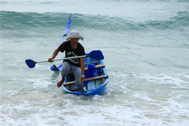 饭店老板用水龙带抽取海水