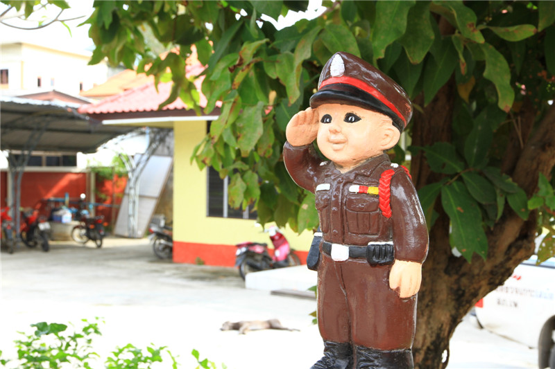 警所门前的卡通警察