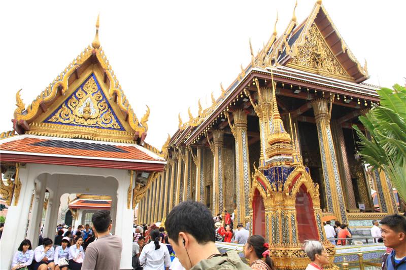金碧辉煌的寺庙建筑