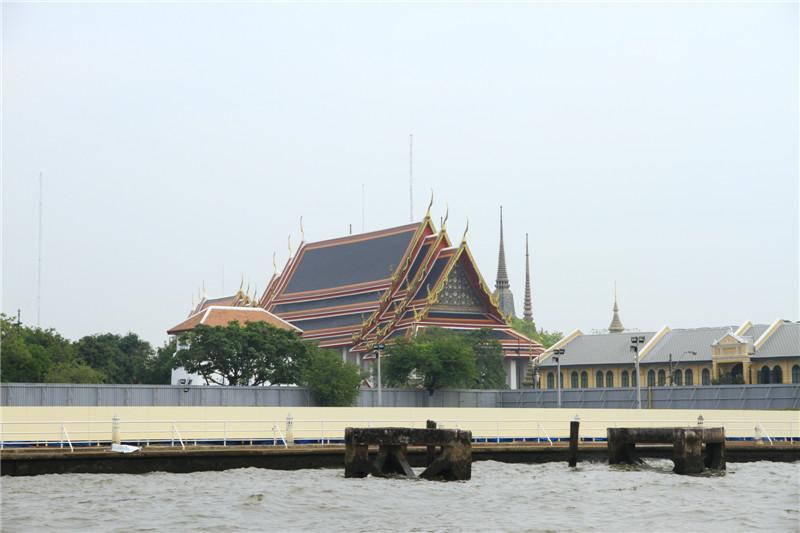 湄南河岸边的寺庙